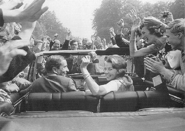 Prinses Beatrix en Prins Claus tijdens een rondrit na de officiële bekendmaking van hun verloving in het voorjaar van 1965.
