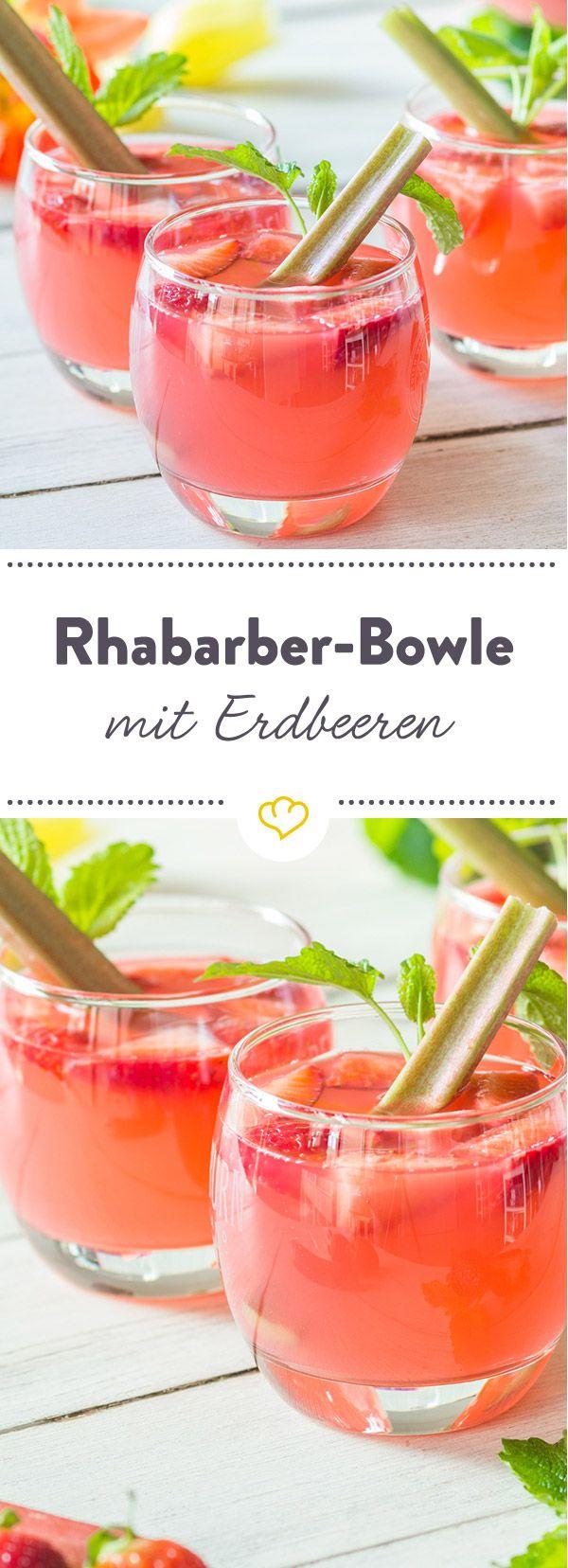 Prickelnder Sommer-Drink: Viele frische Erdbeeren lassen sich in erfrischender, selbstgemachter Bowle aus Rhabarbersaft, Weißwein und Prosecco treiben.