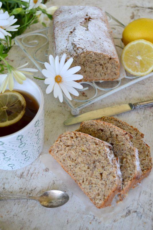 Hai poco tempo per preparare un dolce per la colazione? Scopri la ricetta del plumcake al limone e semi di papavero, facile, light e veloce da preparare
