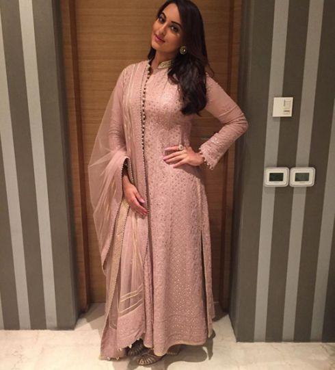 I love this powder pink anarkali by Rimple and Harpreet Narula! <3 Sonakshi Sinha nails the look!