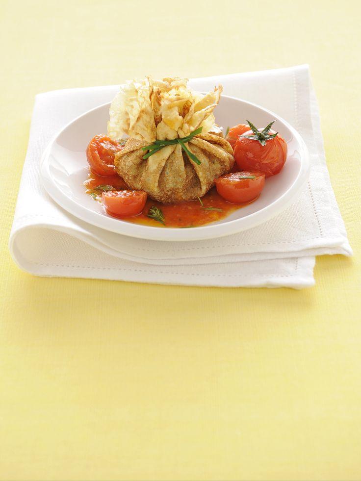 Scopri su Sale&Pepe la ricetta dei fagottini ripieni di salsiccia: morbide crêpes alla salsiccia, con contorno di pomodorini ciliegia saltati.