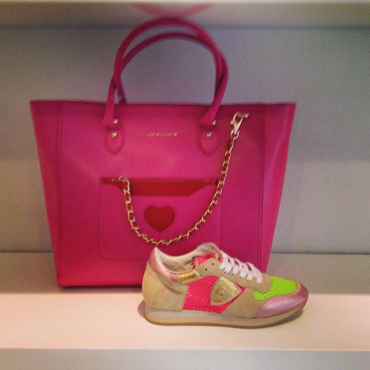 Tas van Moschino met schoen van Philipe Model te koop bij Beerens Schoenmode Roosendaal of op www.beerensschoenmode.nl