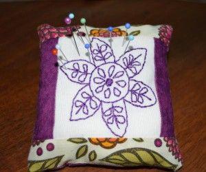Un fiore per un puntaspilli – Tutorial e pattern gratuito – Cucireamacchina.com