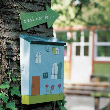 Boîte aux lettres peinte à la peinture céramique à froid pour former une maison
