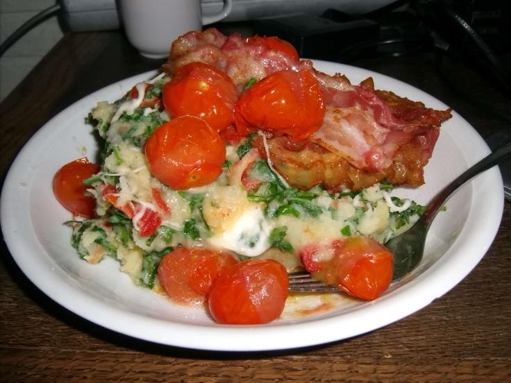 Mijn Italiaanse stamppot.  Stamp 1 kilo aardappelen fijn, roer daar 250 gram rucola, mozzarella, reepjes zongedroogde tomaten en geroosterde paprika doorheen. Breng op smaak met zout en peper. Bak plakken proscuito en cherrytomaatjes in de oven en serveer deze erbij. Eet smakelijk!  My Italian Mash Potatoes.  Mix 1 kilo mashed potatoes with rocket leaves, sundried tomatoes, roasted paprikas. Proscuito and cherrytomatoes roasted in the oven, serve with it. Delish!