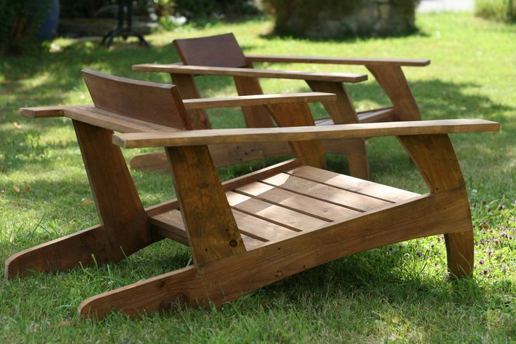 pallet wood chair (fir) inspired by 30's model. Comfortable, this model goes very well in the garden, terrace but also inside seating (can order cushions on measurements). Cup halved to avoid any visible screws. Tinted walnut stain finish and natural finish.