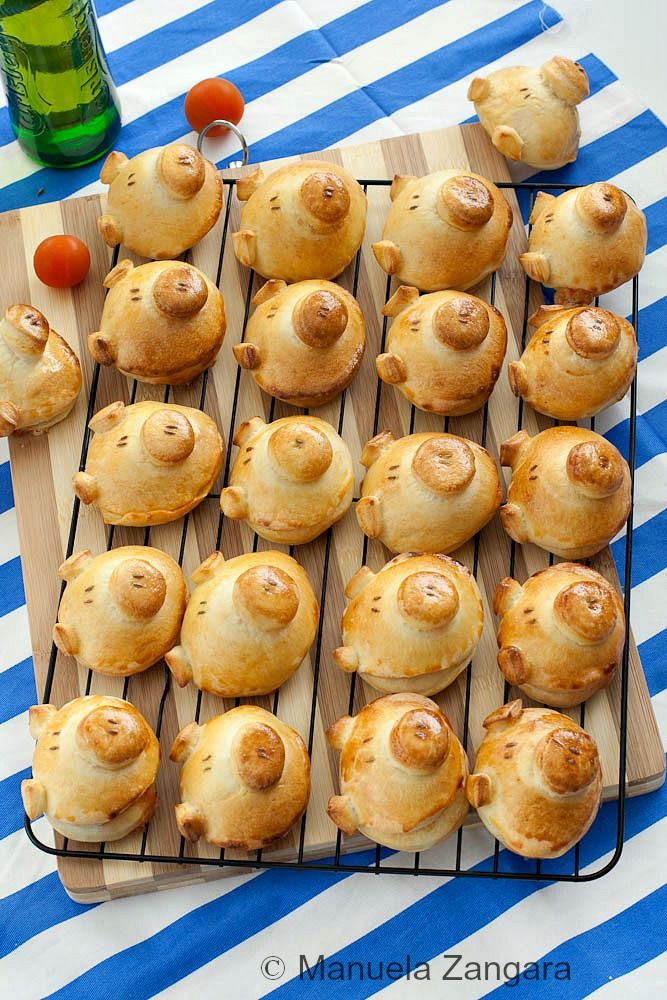 A tutorial on how to make these fun and cute looking Pizza Flavoured Piggy Buns: perfect for a kid's party or lunch box!