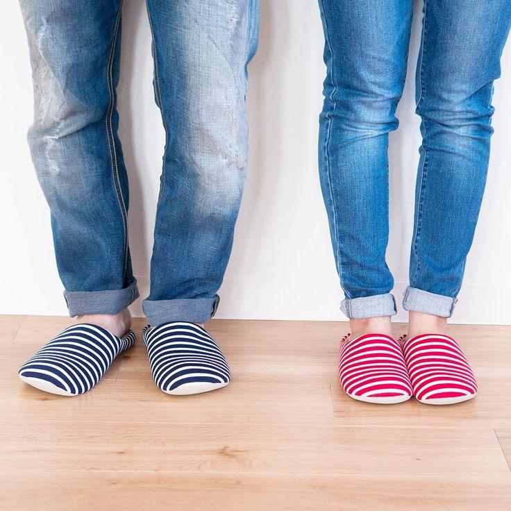 履きやすさを考えたこのスリッパは、指先が広がるようにつま先に向かうほど、ぽってりとした丸い形になっている前詰りタイプと、通気性の良いスリムな見た目の前開きタイプがあります。