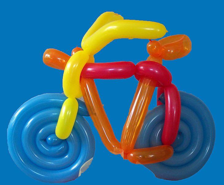 komplett aus Ballons modelliertes Fahrrad, das auf einer Kartonplatte fixiert ist. Die Haltbarkeit des Fahrrades beträgt ca. 10-14 Tage.