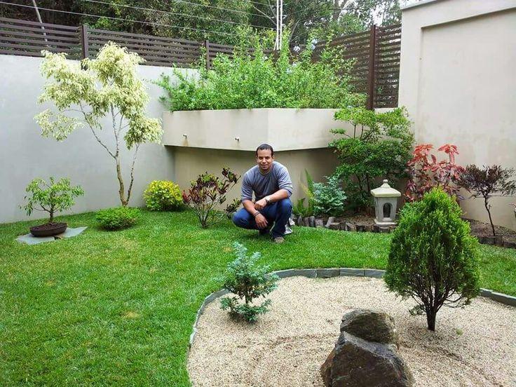 Jard n zen oriental con diferentes elementos y plantas for Jardines con piedras y troncos
