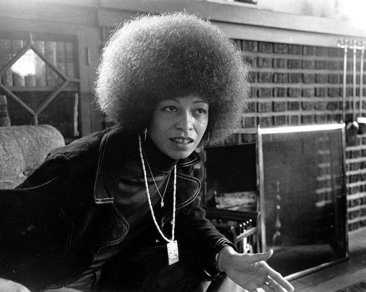Angela Davis nella sua casa a East Oakland, California, il 9 settembre 1974. Indossava due collane che rappresentano il suo impegno: una d'oro, con la falce e il martello del Partito comunista; l'altra d'avorio con un drago, antico simbolo di forza e rivoluzione. Angela Davis è un'attivista e femminista del movimento afroamericano statunitense: è nata il 26 gennaio 1944, 73 anni fa. Negli anni Settanta venne detenuta in carcere per il suo presunto collegamento con la rivolta del 7 agosto…