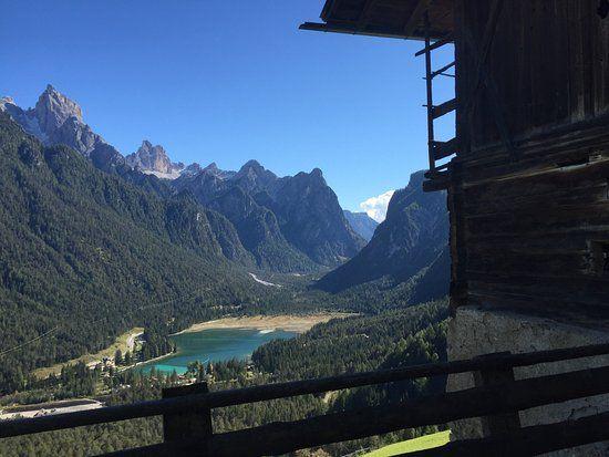 Bild von Camping Toblacher See, Dobbiaco (Toblach): Aussicht auf den Pragser Wildsee - Schauen Sie sich 4.366 authentische Fotos und Videos von Camping Toblacher See an, die von TripAdvisor-Mitgliedern gemacht wurden.