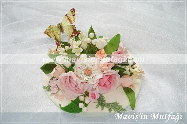 Çiçekler tek tek elle şekillendirilip pasta üzerinde birleştirilmiştir.