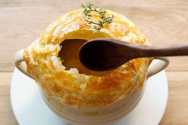 鶏レバーのパイ包みスープ