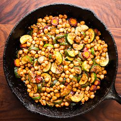 Zucchini and chickpea tagine with big Moroccan flavors. A flexible vegetarian recipe that you can adapt to a wide variety of ingredients.