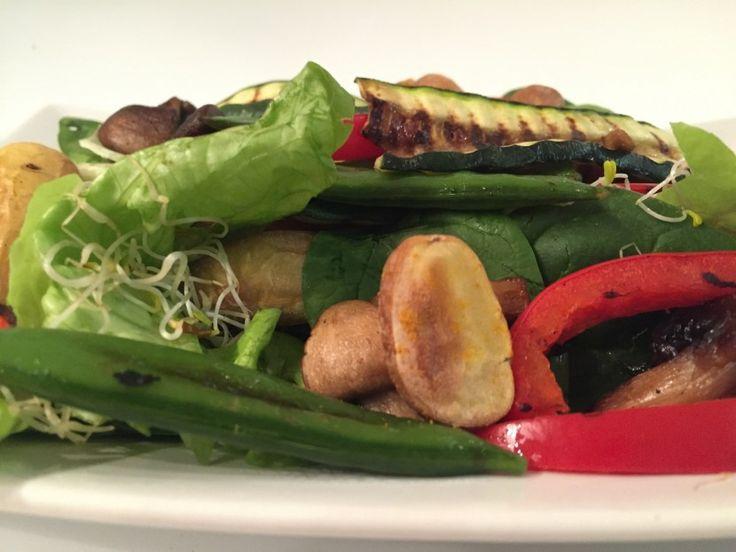 Vegan salade met gegrilde groenten van de Tofu Twins. Recept: http://www.tofutwins.nl/recepten/salade-met-gegrilde-groenten/