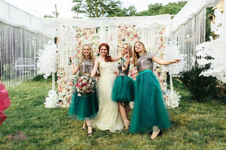 Разрушая все стереотипы по поводу свадьбы в мае, молодожены за 6 месяцев организовали восхитительное торжество: по-европейски красивое и по-русски веселое!