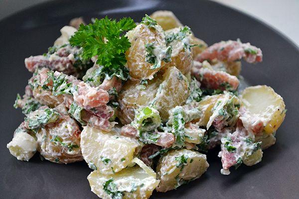 Ter vervanging van je saaie gekookte aardappel bij het avondeten, of als frisse toevoeging bij barbecue of picknick: deze koude aardappelsalade met spekjes.