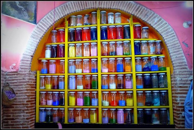 """Voici larencontre qui est à l'origine del'idée de création decette section """"portraits""""sur WazaBuzz. C'est donc en toute logique qu'elleest inaugurée par le portrait de: l'Herboriste Des Amis. Au cours d'un récent voyageau Maroc, j'ai plongé en plein coeur de l'effervescence artisanale. Forgerons, tanneurs, mosaïstes, cordonniers, peintres,…Autant de métiers de toute …"""