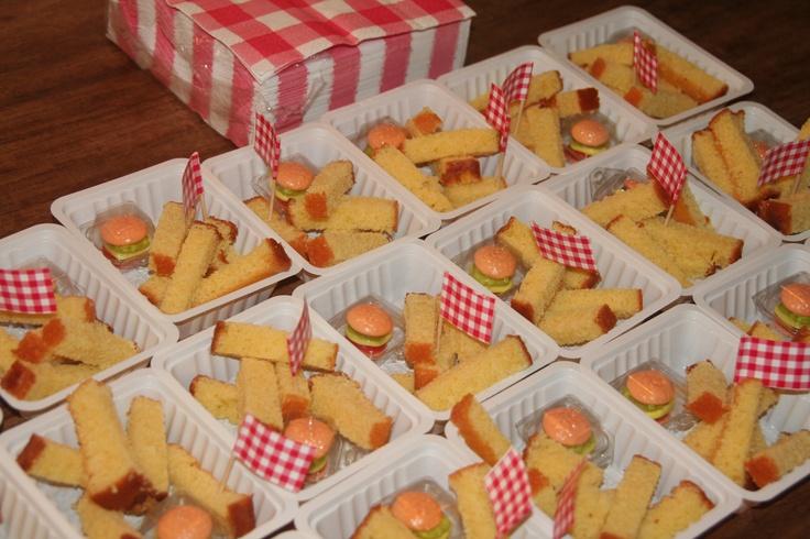 Traktatie...... lekkere snack, extra feestelijk met mayo (slagroom) hamburgertjes zijn te koop bij de Lidl, deze vlaggetjes komen van de Hema.