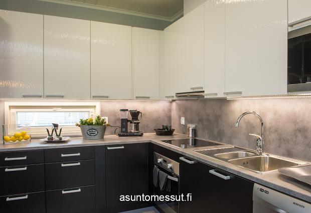 Musta-valkoinen keittiö. Mutta kun sokkeli puuttuu taas ylhäältä! 28 Sievitalo Mustakoivu - Keittiö | Asuntomessut