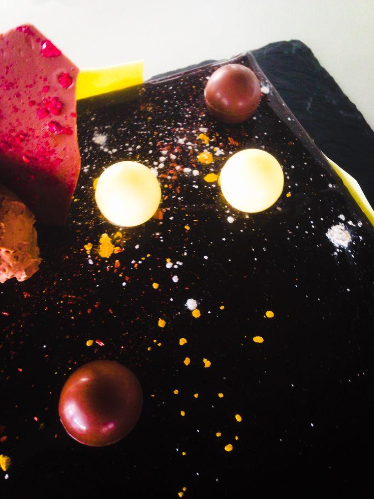 Τούρτα σοκολάτας Γκανάζ μοντέ απο σοκλάτα γάλακτος jivara Σφαίρες σοκολάτας Μπισκότο σοκολάτας με αποξηραμένα σμέουρα