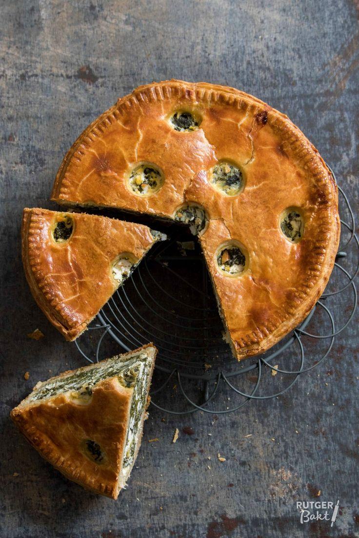 De vulling van deze hartige taart bestaat uit spinazie en feta; een gouden combinatie. Samen met het knapperige deeg vormen ze een geweldige hartige pie