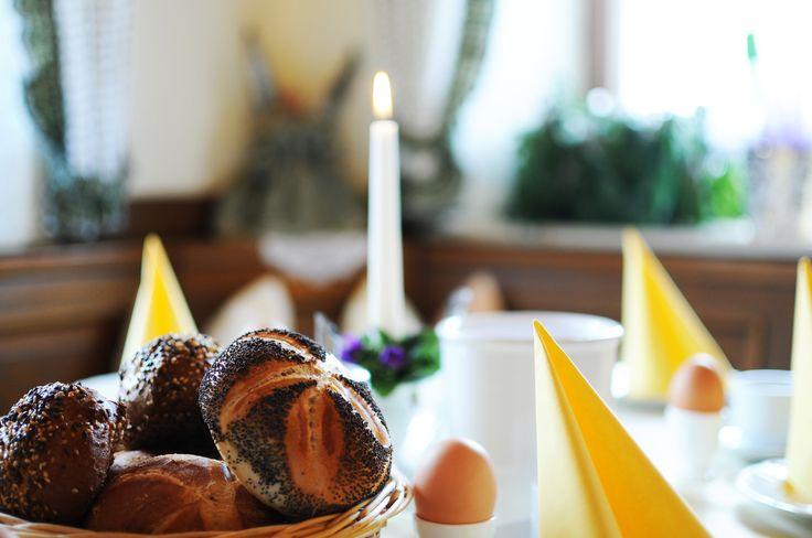 Guten Morgen auf dem Riedlhof in Au bei Bad Feilnbach! Vormittags erwartet Sie ein reichhaltiges Frühstücksbuffet mit leckeren Produkten - wie es im Urlaub auf dem Bauernhof dazugehört. So starten Sie frisch erholt in den Urlaubstag im Chiemsee Alpenland. Nachmittags verwöhnen wir Sie mit frischen Kuchen und Kaffee. http://www.pension-riedlhof.de/ferien-bauernhof/gastronomie