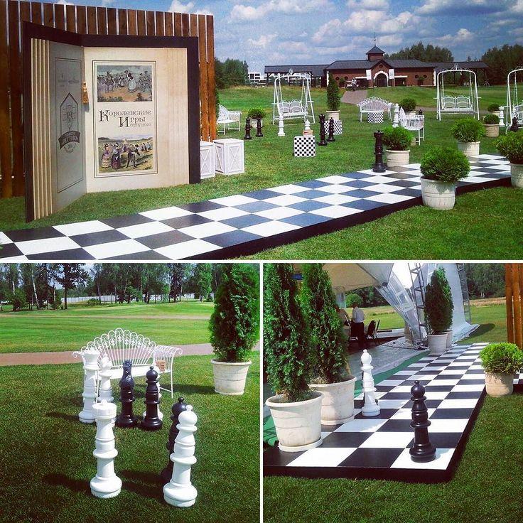 """А шахматы - это ещё и красиво! Наши """"Гигантские шахматы"""" на свадебном торжестве. Наши аттракционы уже собрали немаленькое """"свадебное"""" портфолио. Организаторы свадеб и молодожёны обращайтесь!  7 495 777 12 62  #арендааттракционов #организациямероприятий #организациясвадеб #организациясвадьбы #организацияпраздников #свадьба #декорсвадьбы #свадебные игры #игрынасвадьбе #свадебныйведущий"""