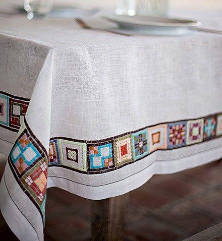 Toalha de mesa | Com barrado geométrico colorido, a peça é produção das artesãs da Ilha do Ferro, em Alagoas (Foto: Kiko Ferrite/ Divulgação...