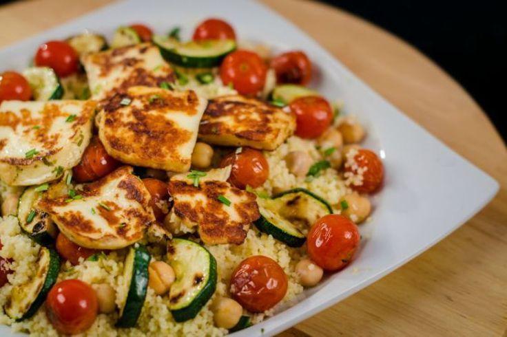 Abbahagyhatatlan kuszkusz saláta sok-sok grillezett zöldséggel és sajttal.