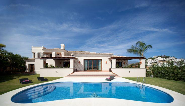 Villa a estrenar en urbanización cerrada de 12 villas de lujo en Nueva Andalucía - Marbella. A 5 min de Puerto Banús y rodeada de los más prestigiosos campos de golf. 1.132 m2, 5 hab, 5 baños. New villa in gated, private urbanization of 12 luxury villas in Nueva Andalucía - Marbella. Just 5 minutes from Puerto Banús and surrounded by the most prestigious golf courses. 1.132 m2, 5 bedrooms, 5 baths. 2.975.000 €