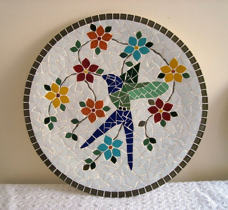 decorative wall plate worked with mosaic hummingbird. Base tiles, measuring 40 cm in diameter.
