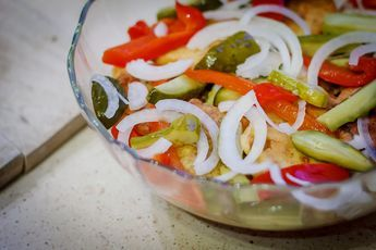 1 kg płatów śledziowych  1 słoik ogórków konserwowych  1 słoik papryki konserwowej  2 świeże cebule  Ogórki pokroić w plastry, cebule ...