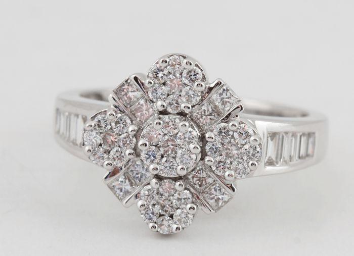 """diamantring 18kt. total 1.00ct & 5.50gr & sterke schittering. & grootte 56. F-G/VS2-SI1. Ringmaat: 56 / 17.75mm """"Nieuw""""  18kt. diamond ring totale 100 ct.18kt. rhod witgoud gestempeld 750.Totaal bezet met 35 briljant-cut diamant en 8 prinses-cut diamant totale. 100 ct.Kleur: Top Wesselton (F-G).Duidelijkheid: VS2-SI1.Sterke schittering.Totaal gewicht: 5.50 gr.Ringmaat: 56 / 17.75mm.Item stuurt sieraden cadeau doos en verzekerde vervoer door Fedex.249-jar05901.  EUR 1.00  Meer informatie"""