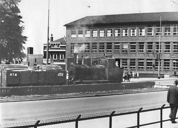 RTM-tram. Een historische opname. We staan op de Groene Hilledijk, nabij de kruising met de Strevelsweg. Op de achtergrond, het politiebureau.