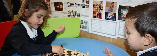 Colegios que  introducen el ajedrez en el aula por sus beneficios para el desarrollo intelectual. Debemos de ver los beneficios que ello aporta. #diariosurtinteligencia #aulaajedrez