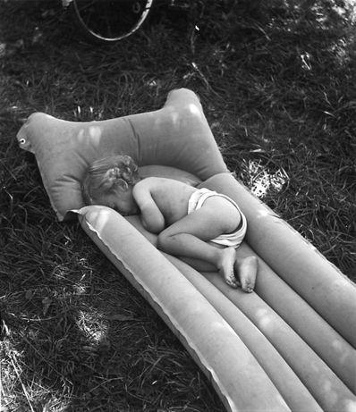 Le matelas pneumatique, bords de Marne. 1944. Robert Doisneau.