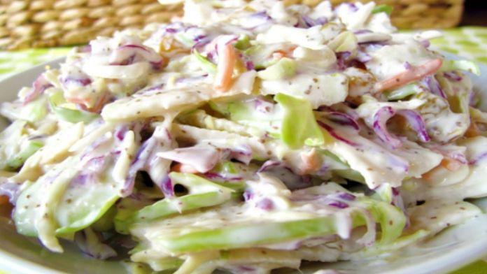 Zeleninový salát s jogurtovou zálivkou: Lehká chuť a příprava zabere jen 15 minut! – Milujeme recepty