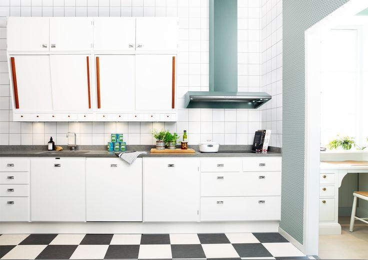 Härligt kök i retro 50-talsstil. Tidepokens rätta anda lyfts särskilt fram genom de karaktäristiska skjutluckorna, det storrutiga golvet samt genom fläktkupans starka färg och rostfria beslag. #fjaraskupan #kupé #retro #50tal #vintage