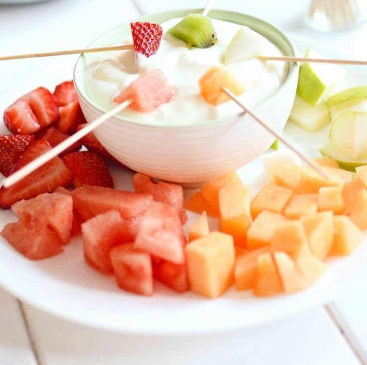 Obst Stückchen mit Joghurt Dip als Party Essen