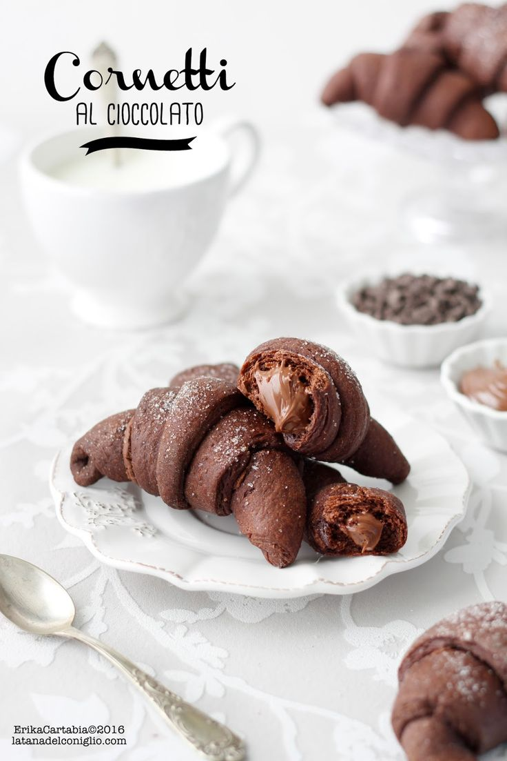Sono diversi mesi che voglio sperimentare questa incredibile versione dei cornetti al cioccolato. Dopo essermi perdutamente innamorata ...