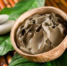 Como fazer uma máscara de argila para o rosto. A argila é um dos melhores ingredientes naturais para cuidar da nossa pele, especialmente se tiver pele oleosa, e também é uma ótima aliada para limpar profundamente o rosto, eliminar impurezas, preve...