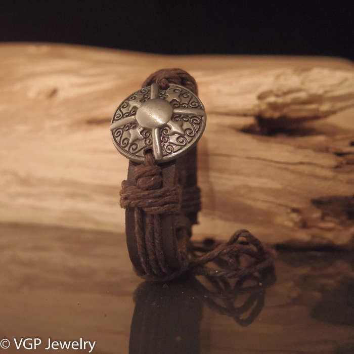 Mooie verstelbare armband. De armband is gemaakt van echt leer en henneptouw. Met het touw is de lengte van de armband instelbaar. Daardoor past deze altij