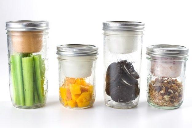Convierta cualquier frasco de conserva en un centro de bocadillos portátil o lonchera, con el adaptador BNTO. | 33 Productos ingeniosamente diseñados que necesitas en tu vida