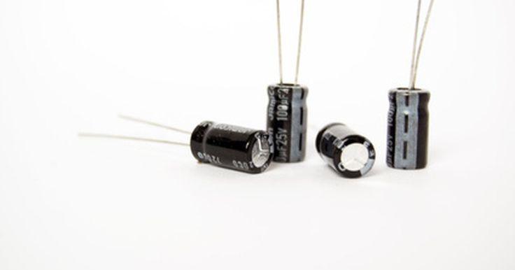 Como medir a tensão de um capacitor eletrolítico. É uma tarefa bastante simples medir a tensão de um capacitor eletrolítico com um multímetro. Basta encontrar o capacitor em questão no circuito e observar a sua polaridade. Ligue o circuito e encoste as pontas do multímetro nos terminais do capacitor, combinando os polos iguais. Uma vez que você estará trabalhando em um circuito ativo, esteja ...