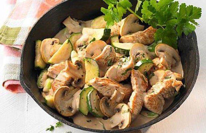 Putenpfanne mit Zucchini und Champignons - Kohlenhydratfreie Rezepte für die Low carb Diät - Zutaten (für 4 Personen): 400 g Putenkeule, ausgelöst, ohne Haut 1 mittelgroße Zwiebel 350 g weiße Champignons 300 g Zucchini 2 EL Rapsöl 100 ml Sahne Salz und Pfeffer > Zum Rezept Bild...