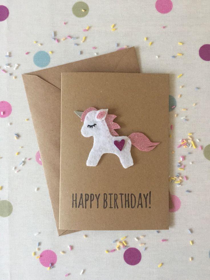 Une carte d'anniversaire magique à la main avec une licorne mignon glitter feutre. Il a été tamponné avec « Joyeux anniversaire ! » PLUS DE DÉTAILS ~~~~~~~~~~~~~~~~~~~~~~~~~~~~~~~~~ Taille : 10.5cmx 14,5 cm Type de papier : 100 % recyclé kraft Enveloppe : Kraft À l'intérieur :
