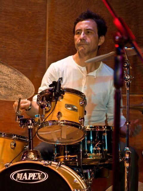 """JUAN CODERCH """"Uno de los más agudos y respetados percusionistas de la música popular chilena desde los años '80"""" según la prensa especializada, es solista en timbales en la Orquesta Sinfónica de Chile y también vibrafonista, marimbista e intérprete de tambores, platillos y campanas tubulares. Más sobre el maestro http://www.emoderna.cl/2013-08-27-17-22-20/juan-coderch"""