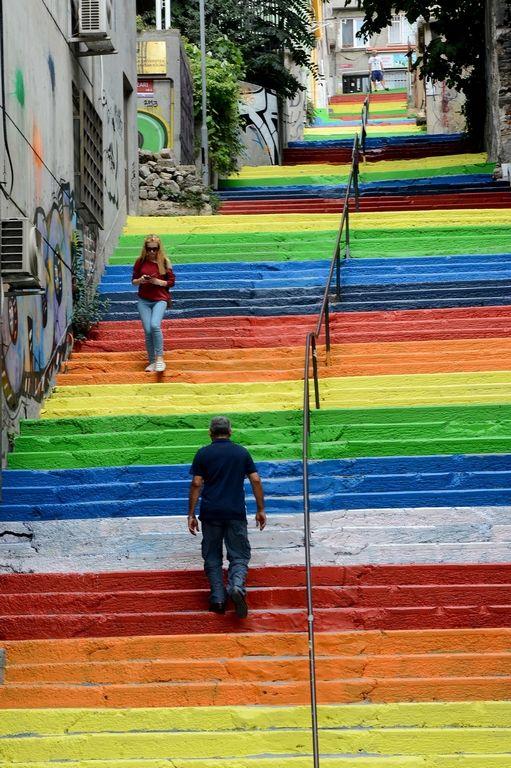 Merdivenler üçüncü kez rengarenk Beyoğlu ilçesi Fındıklı'dan Cihangir'e çıkan merdivenler bu sabaha karşı bir kez daha renk değiştirdi. Gök kuşağı renklerinden griye dönen 145 basamak, yeniden rengarenk oldu.